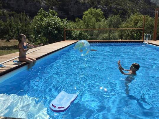 Jeu de ballon dans la piscine, au gite Les Asphodèles - Vallée de la VIs