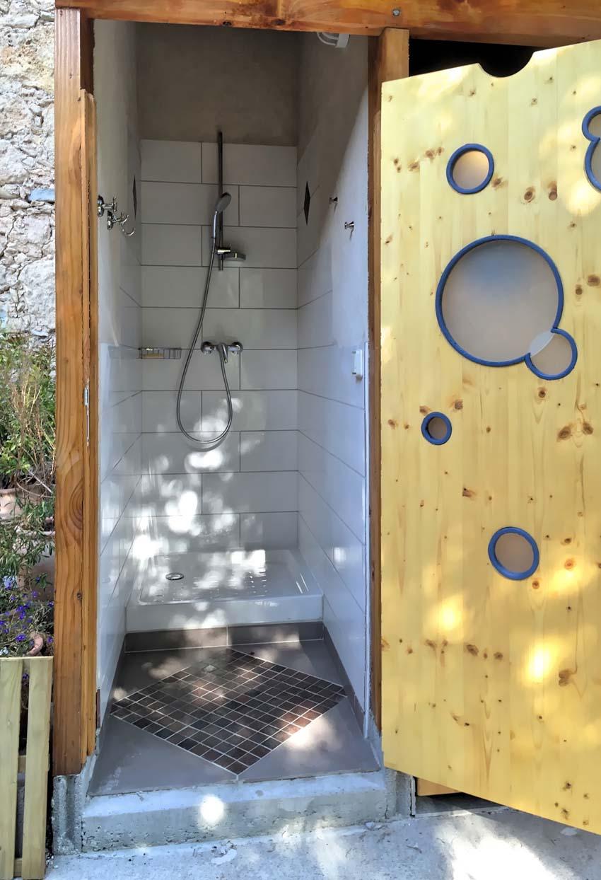 Dans le parc, un bloc sanitaire (WC, douche, évier)