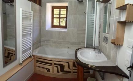 Salle de bains avec baignoire.