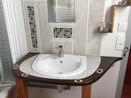 Dans la salle de bains, un lavabo fait maison.