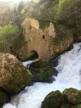 """Moulin de la Foux, résurgence de la Vis, à proximité du gite """"Les Asphodèles - Vallée de la Vis""""."""