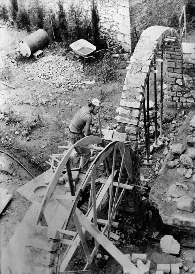 Construction des arches de la terrasse.