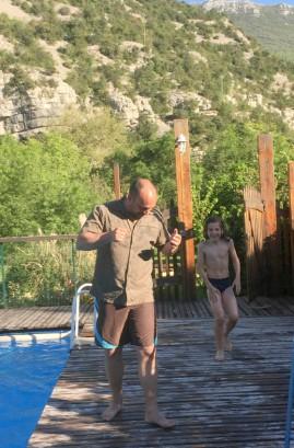 Enfants et adultes dans la piscine du gite Les Asphodèles - Vallée de la VIs