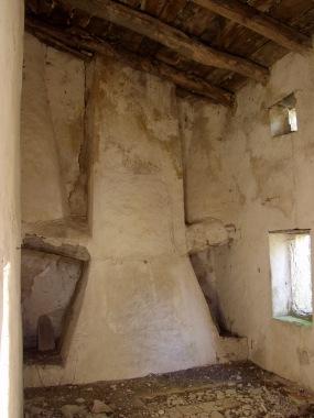 Ruines de Resses à Gorniès : cheminées de magnanerie.