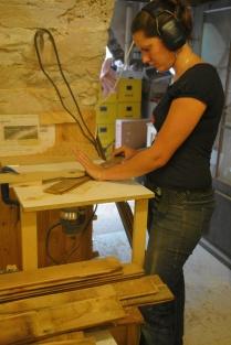 Restauration des lambris, avec une défonceuse sous table.