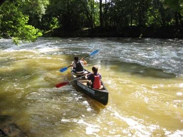 Découverte de la rifvière : quelques rapides en canoé.