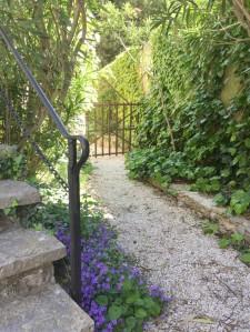 chemin vers Piscine, cuisine d'été, hamacs et rivière au gite Les Asphodèles-Vallée de la VIs