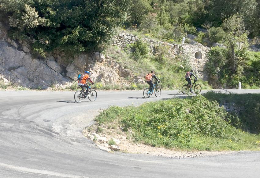 cycliste en montée, gite Les Asphodèles - Vallée de la Vis