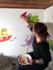 Lucye Rioland peignant le décor de la Cabane des Enfants aux Asphodèles-Vallée de la Vis