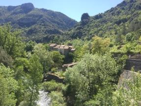 Au fond ce la Vallée, le village de Madières, avant la montée vers le plateau et le Cirque de Navacelles.